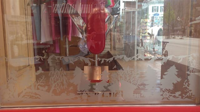 Schaufenster mit einem Scherenschnitt aufgeklebt