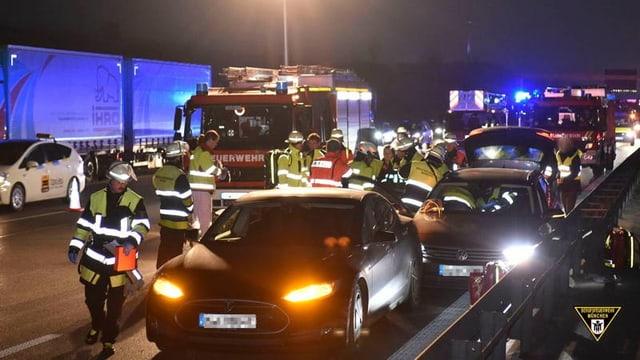 Die Unfallszene mit den involvierten Fahrzeugen und Rettungskräften.