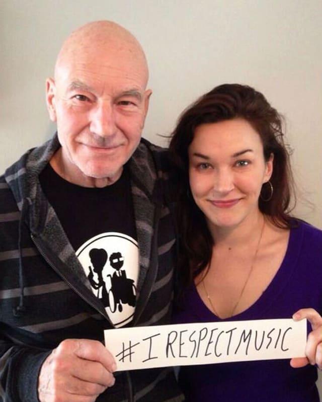 Man sieht Patrick Stewart mit dem Schild «I Respect Music».