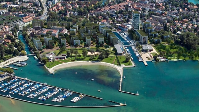Luftbild mit der Überbauung Agglolac am Bielersee.