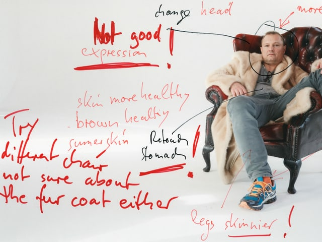 Mann auf einem Sessel und Anmerkungen auf dem Foto.