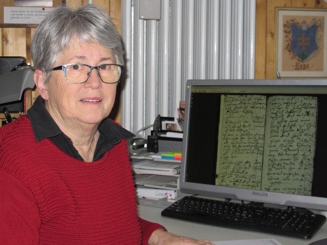 Ahnenforscherin Therese Metzger in ihrem Büro. Auf dem Bildschirm eine Seite aus einem Taufrodel