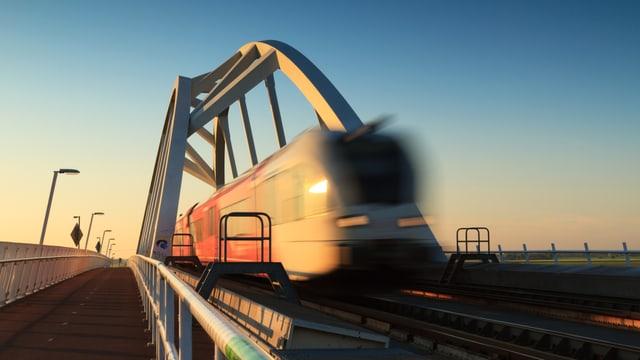 Ein Zug im Abendlicht.