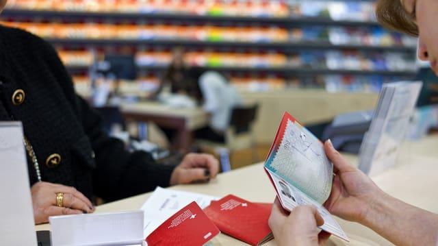 En in biro da viadis vegn controllà in passaport Svizzer.