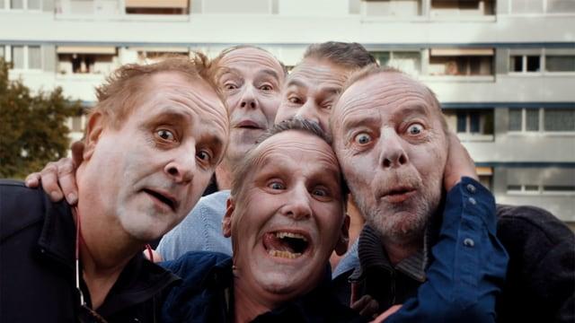 5 Männer ziehen lustige Grimassen.