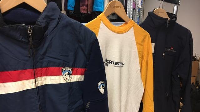 2 Skijacken und 1 T-Shirt hängen in den Büroräumlichkeiten von Zimtstern in Suhr im Aargau.