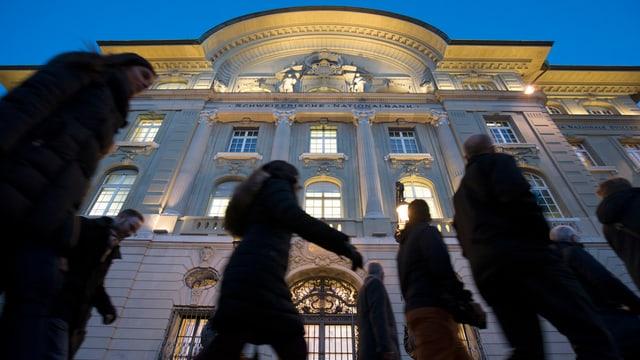 Passanten vor dem Hauptgebäude der Nationalbank in Bern