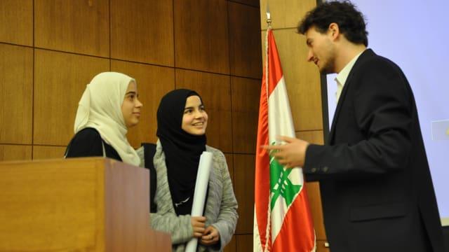 Mirko Baselgia en il discurs cun dus studentas en la Beirut Arab University.