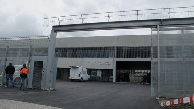 Blick auf den Eingang, der mit Nato-Draht gesichert ist.