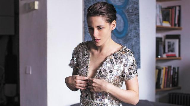 Kristen Stewart in einem schicken Funkelkleid.