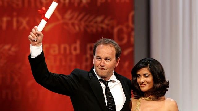 Regisseur Xavier Beauvois freut sich mit Salma Hayek im Arm über den Grand Prix der Cannes-Jury.