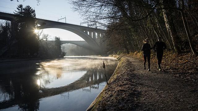 Die beiden Brücken über der Aare im Herbst, Jogger auf dem Fussweg