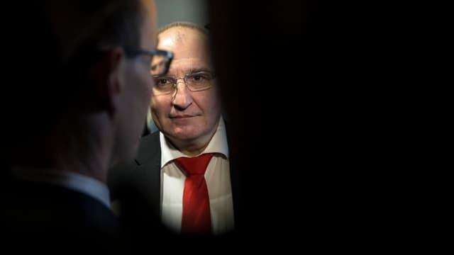 Daniel Münger steht hinter Journalisten.