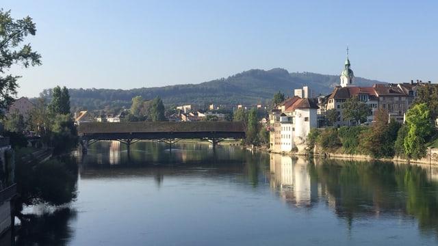 Holzbrücke über Fluss