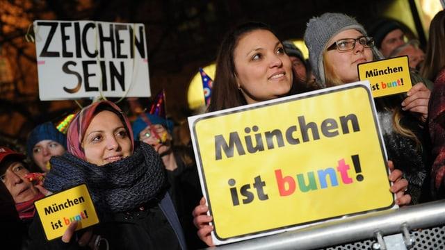 München ist bunt: Mit solchen Schildern wurde in München gegen Pegida demonstriert.