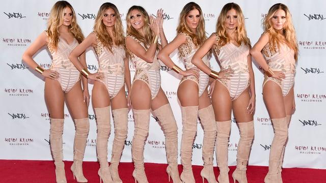 Heidi Klum posiert auf dem roten Teppich mit fünf Doppelgängerinnen in knallen Kleidchen.