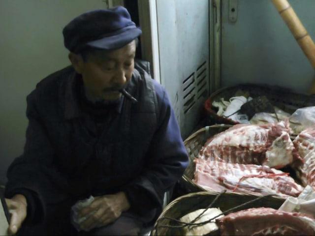 Ein Fahrgast transportiert Fleisch.