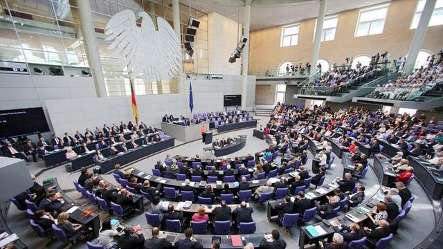 deputadas e deputads en la sala dal parlament tudestg