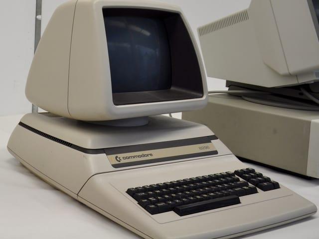 Commodore PET 8296, man beachte den schönen 70's Style!  Jahrgang: 1984, Prozessor: CBM MOS6502, 1MHZ, RAM: 128KB Betriebssystem: Basic, LOS-96, Preis: 6000.—