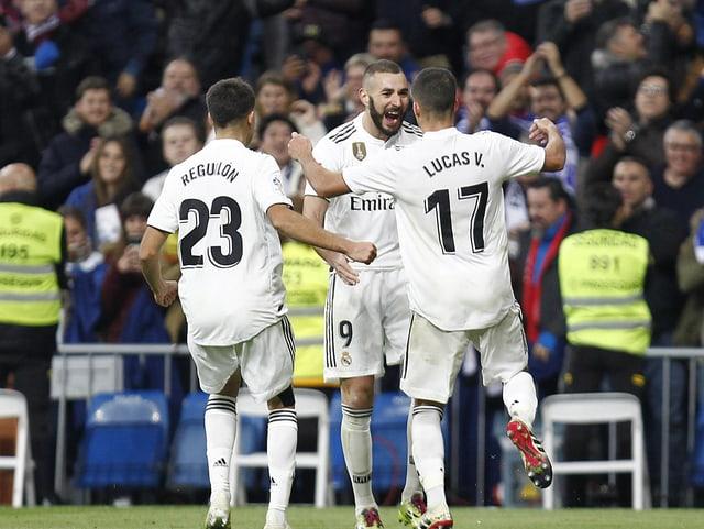 Karim Benzema feiert mit seinen Teamkollegen.