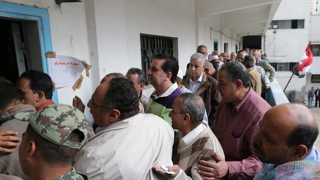 Ägypter drängen in ein Wahllokal