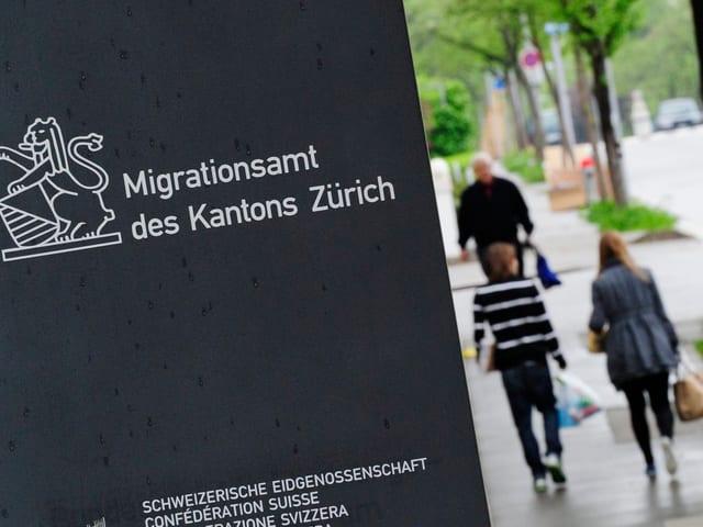 Eine graue Steintafel, auf der «Migrationsamt des Kantons Zürich» steht