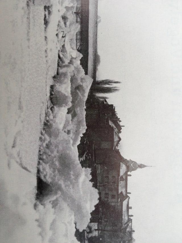 Auf dem Schwarz-Weiss-Bild sieht man die Oltner Aare aus der Froschperspektive. Die Strömung drückte damals die Eisschollen stark aneinander, so entstanden bizarre Formen