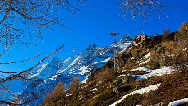 Grüne Hänge am 26. Dezember oberhalb von Saas Fee.