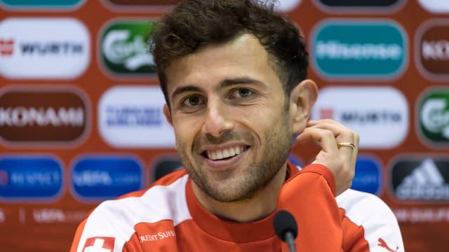 Admir Mehmedi bei einer Medienkonferenz im Schweizer Trainer.