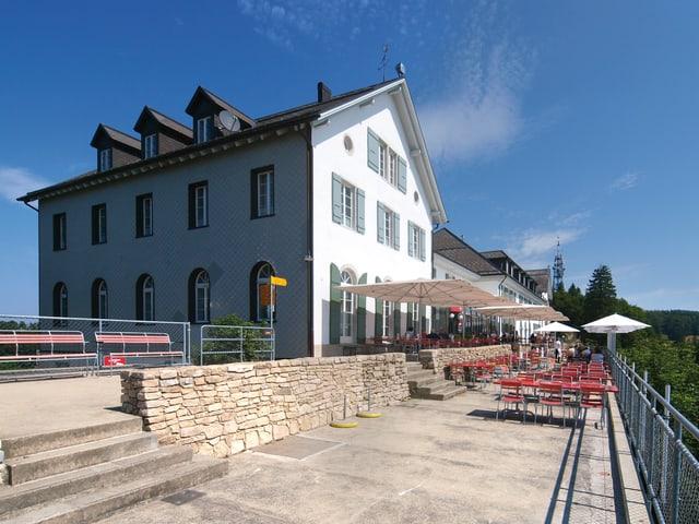 Aussenansicht des Hotels auf dem Weissenstein.