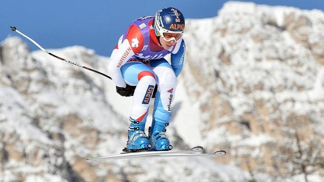 Dominique Gisin bei einem Sprung auf der Abfahrtsstrecke in Cortina d'Ampezzo