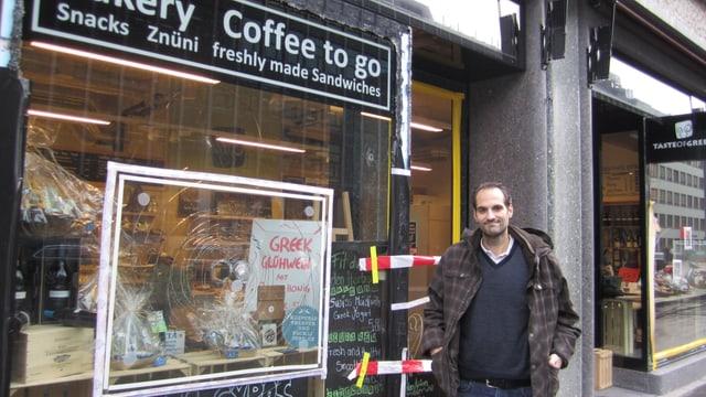 Pantelis Stavropoulos vor seinem kleinen Coffeeshop an der Europaallee