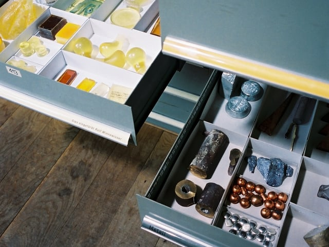 Zwei offene Schubladen mit Mustern und Materialproben
