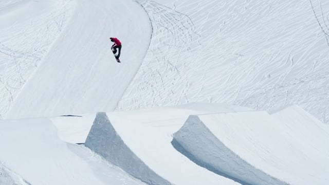 Snowboarderin bei Schanze