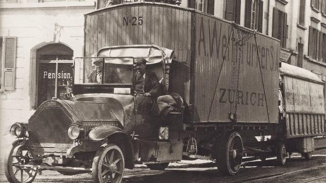 Altes Auto mit zwei Anhängern.