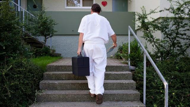 Arzt auf dem Weg in eine Wohnung.