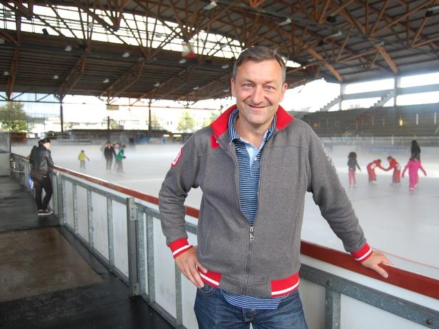 Alex Reymondin vom EHC Thun steht an der Bande in der Grabengut-Eishalle in Thun und freut sich auf das Cup-Spiel gegen den SC Bern.