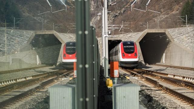 Purtret d'in tren cotschen ch'entra il tunnel da basa.