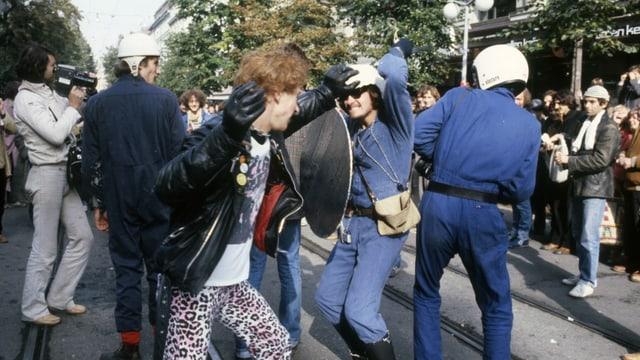 Jugendliche spielen Polizeibeamte während einer Protestaktion am 11. Oktober 1980 auf der Bahnhofstrasse in Zürich.