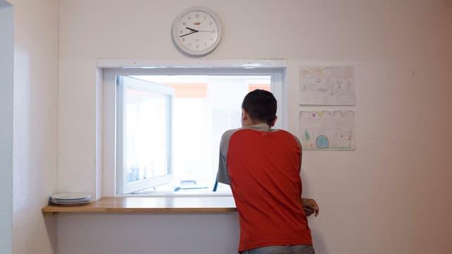 Jugendlicher an Empfang in Heim