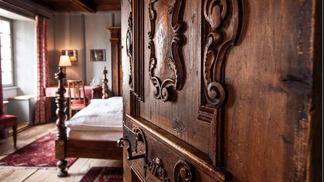 Renoviertes Hotelzimmer mit viel Holz