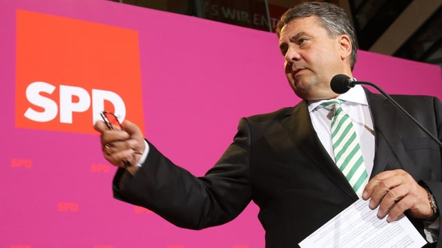 Sigmar Gabriel vor einem SPD-Emblem