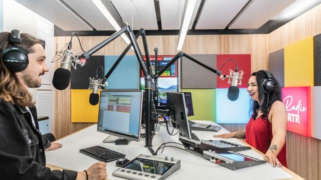 Noss moderatur Elias Tsoutsaios e Natalia Weber en il nov studio da Radio RTR.