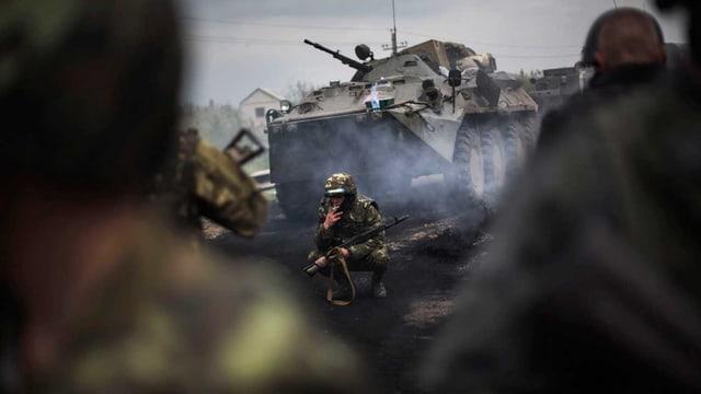 Ein ukrainischer Soldat raucht