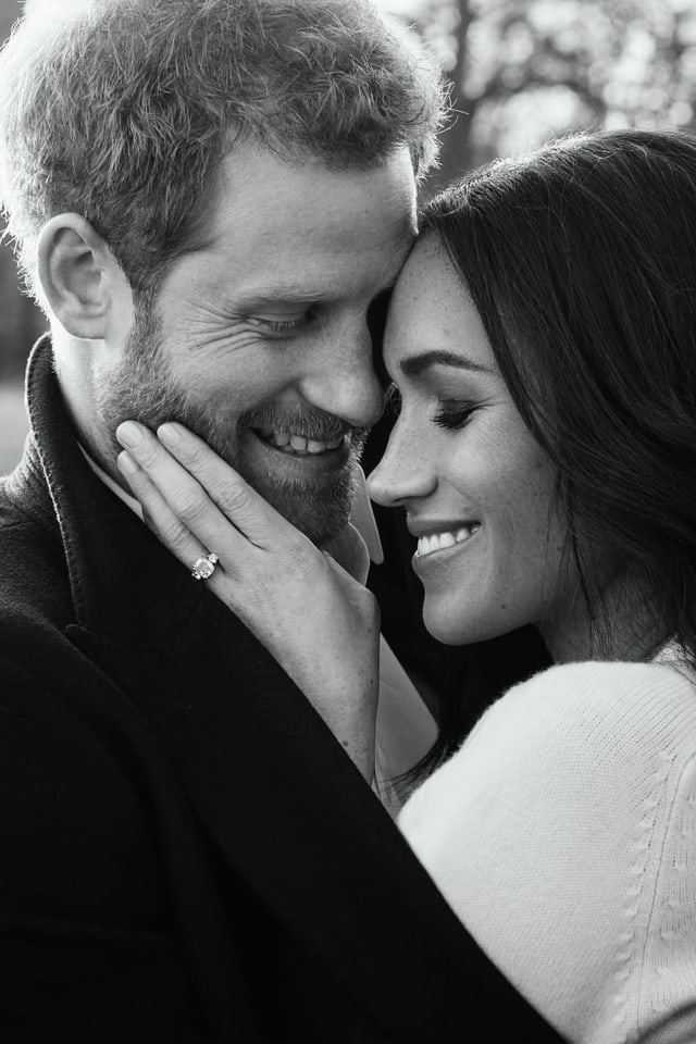 schwarzweiss Bild von Paar in Umarmung.