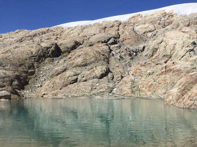 Bergsee mit schroffen Felsen.