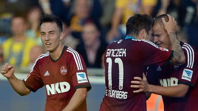 Josip Drmic (l.) freut sich über seinen Treffer.