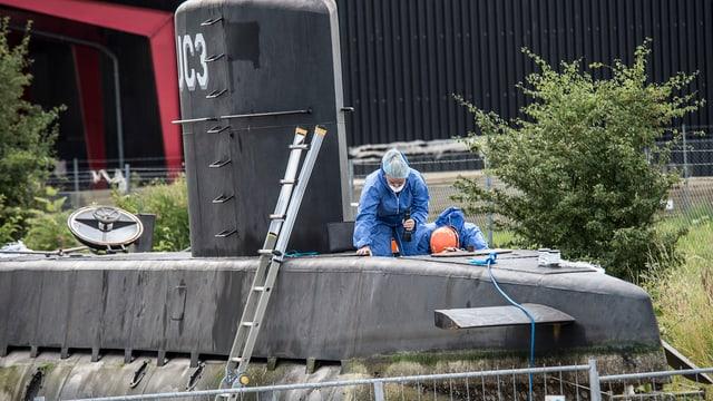 Untersuchungsbeamte auf dem U-Boot.
