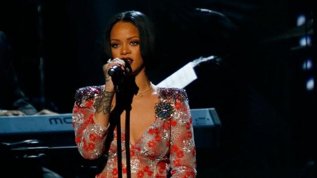 Rihanna auf der Bühne singend.