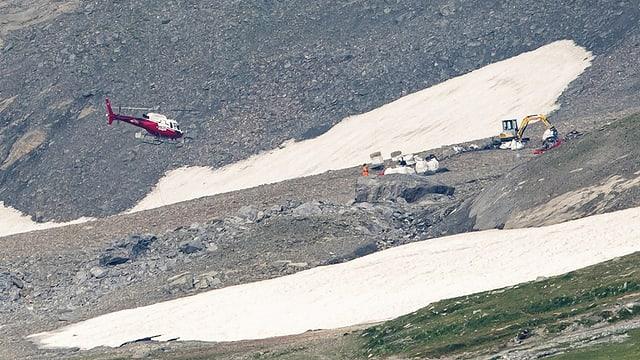 Helikopter, Schnee und Einsatzkräfte am Berg